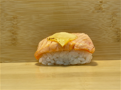 Foto FLAMED SAKE CHEESE NIGIRI (2 stuks)